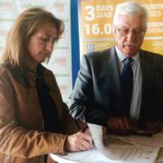 Momento de la firma del acuerdo entre Ana Belén Noriega (a la izquierda), Secretaria General de PEFC España; y Francisco Javier Díaz (a la derecha), presidente de AVEBIOM, en la Feria Expobiomasa 2014