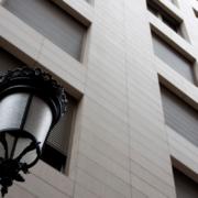 Fachada de un edificio con persianas para mejorar la Eficiencia Energética