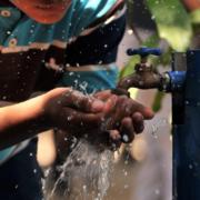 Niño bebiendo de una fuente agua potable. #Saneamiento
