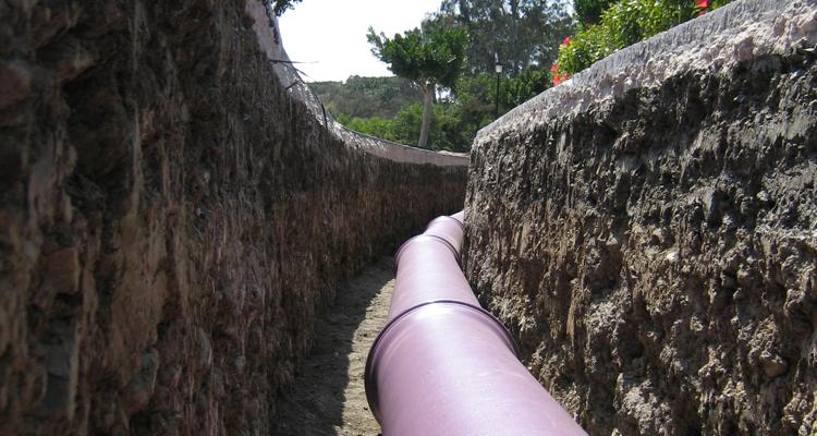 Imagen de una tubería de fundición dúctil en una zanja