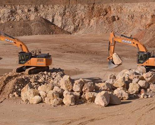 Dos máquinas de movimiento de tierras de CASE trabajando en áridos