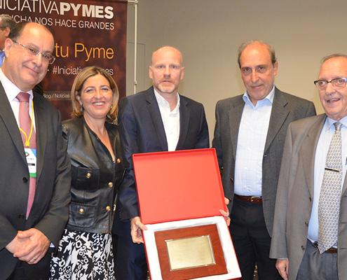 Entrega de la placa conmemorativa al Grupo Alsina por su premio Internacionalización Iniciativa Pyme