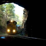 Tren entrando en un túnel