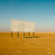 Valla publicitaria en blanco en mitad de un desierto