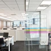 Ejemplo de unas oficinas con techos Armstrong instalados