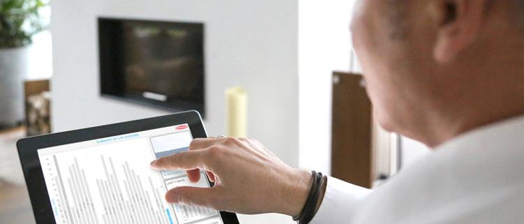 HOmbre accediendo desde su tablet al portal para el registro de su inversor
