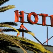 """Cartel rotulado """"Hotel"""""""