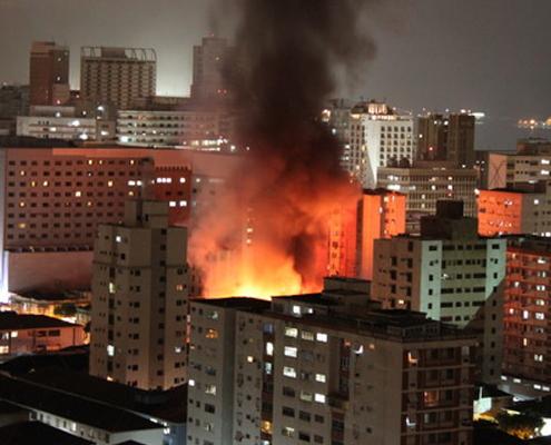 Incendio en un edificio en una ciudad