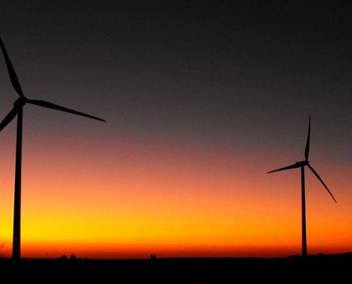 Molinos de energía eólica al atardecer
