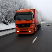 Camión conduciendo bajo la nieve con neumáticos Michelin