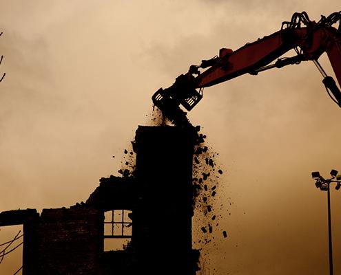 Máquina demoliendo una casa