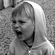 Niño gritando en la calle