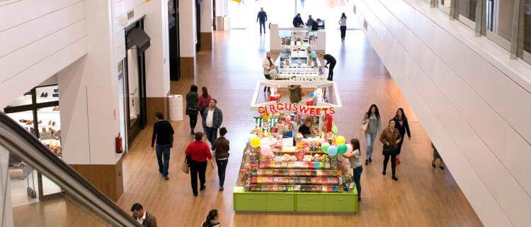 (Mapei) Vista interior del centro comercial