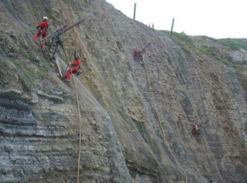Estabilización con mallas de alambre de acero de alto límite elástico TECCO y DELTAX del acantilado de la Playa de Peñarrubia (Gijón – Asturias)