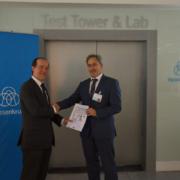 Los ascensores synergy Element de thyssenkrupp Elevator han obtenido la máxima Calificación Energética de Ascensores (Clase A), según la norma ISO 25745-2:2015, tras la verificación del producto en instalaciones reales. De este modo, thyssenkrupp se ha convertido en la primera empresa en España que se hace con esta certificación.