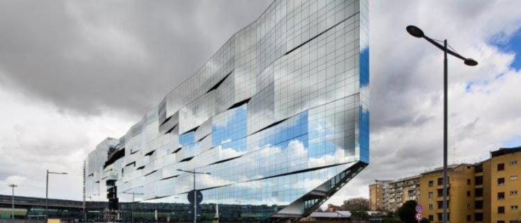 El vidrio de control solar brinda a los arquitectos la libertad de jugar con colores y reflejos en la sede de BNL-BNP Paribas de Roma