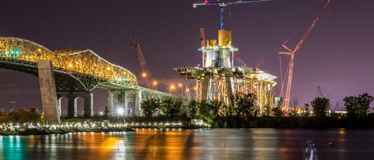 La grúa 21LC550 de Linden Comansa trabaja en el puente New Champlain de Montreal