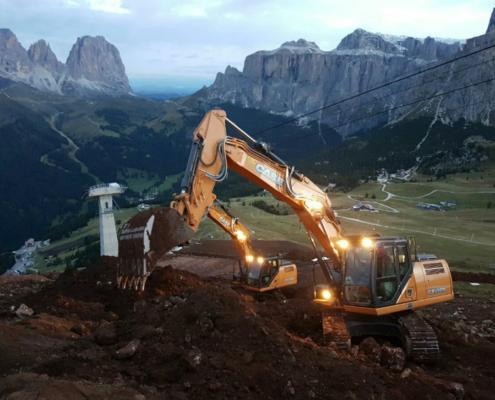 Dos excavadoras de cadenas, CASE CX210D y CX230D, en el paso del Pordoi