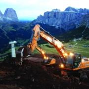 Dos excavadoras CASE de la Serie D trabajan en el paso del Pordoi