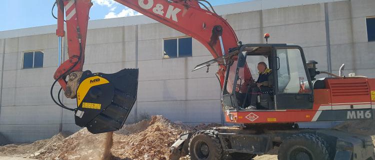 La nueva cuchara trituradora MB Crusher BF80.3 trabaja en Valencia