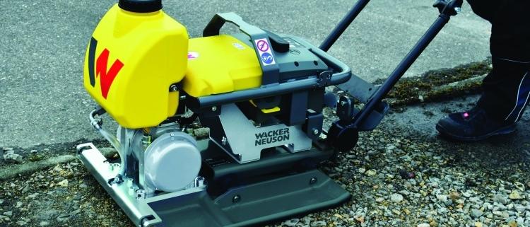 Wacker Neuson presenta su plancha vibratoria accionada a batería para una compactación sin emisiones