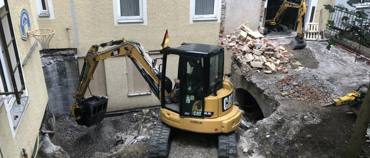La cuchara trituradora MB-C50 trabaja dentro de un palacio en Baviera