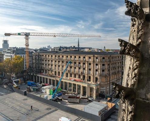 Duro trabajo de demolición en el histórico Dom-Hotel en Colonia, Alemania
