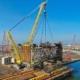 La grúa sobre orugas de Liebherr, LR 13000, carga una plataforma petrolífera gigante