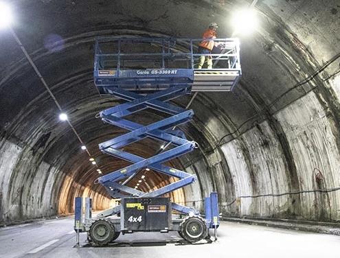 Plataformas de tijera Genie contribuyen a finalizar el túnel Morandi