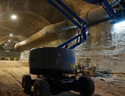 Plataforma Genie Z-45 XC™ en acción a 1000 m. bajo tierra