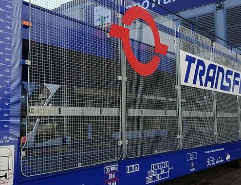 Primer tren con sus nuevos vagones porta-autos de gran capacidad para rutas internacionales