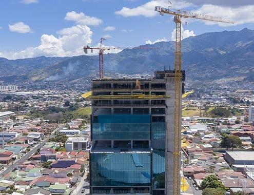 Grúa Potain MCT 205 en uno de los edificios más modernos de Costa Rica