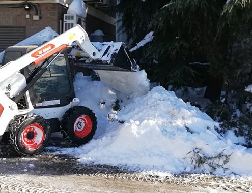 Bobcat colabora retirando nieve en Madrid