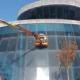 mateco trabaja en el mantenimiento de la fachada de un edificio de oficinas
