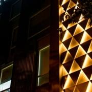 Escultural fachada geométrica de HI-MACS en Nueva Delhi