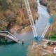La grúa sobre orugas LR 1600/2 desmonta el puente de Quinzanas