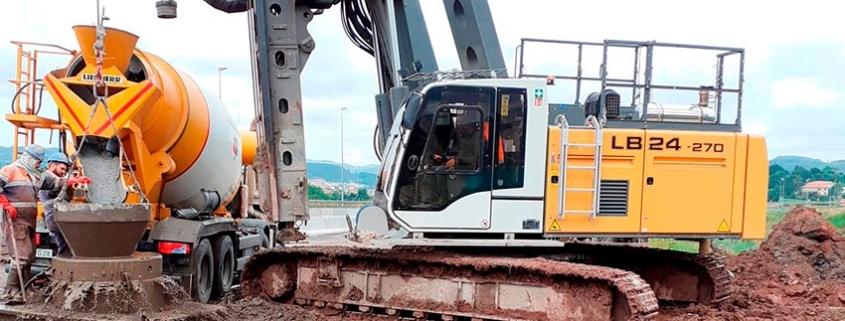 La Liebherr LB24-270 trabaja en las obras de ampliación y enlace de las autopistas A-67 con la A-8, en Santander