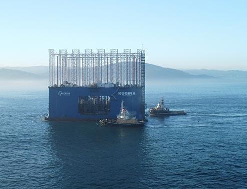 El dique cajonero más grande del mundo llega al puerto exterior de A Coruña